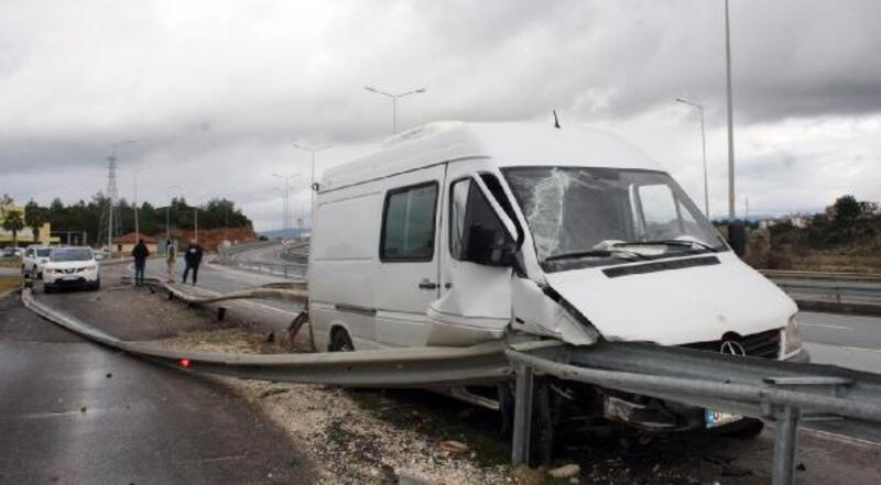 Antalya'da kaza; bariyer demiri, minibüsü delip geçti