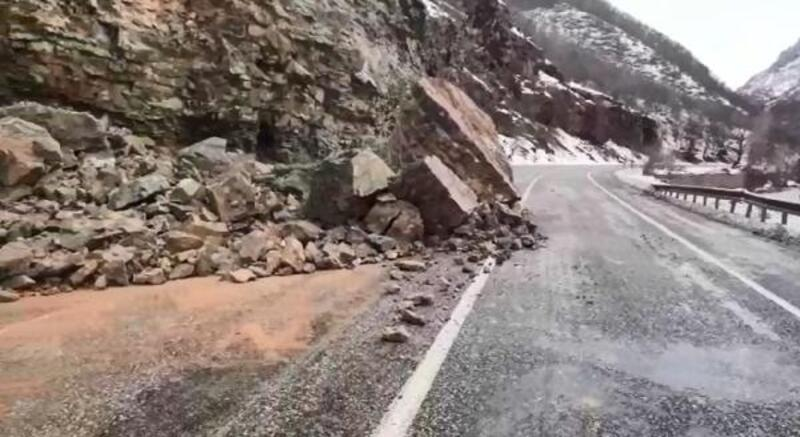 Tunceli- Erzincan yoluna kaya parçaları düştü