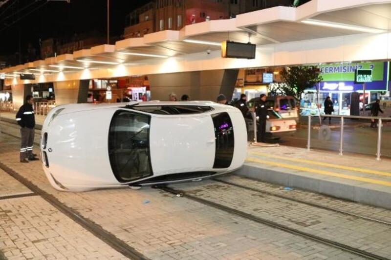 Kontrolden çıkan otomobil, tramvay durağında bekleyen yolcuya çarptı