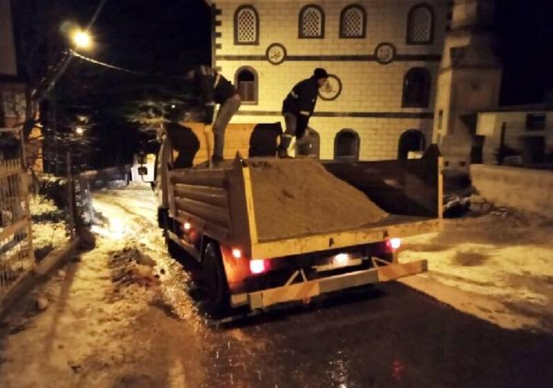 Mersin'de yollarda kar temizleme ve tuzlama çalışması