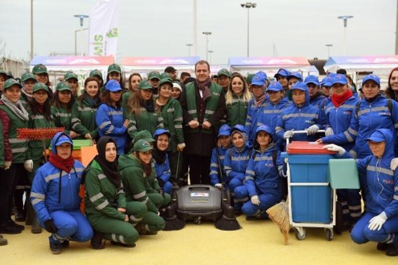 Başkan Seçer, yeni temizlik araçlarını kadın işçilerle birlikte denedi