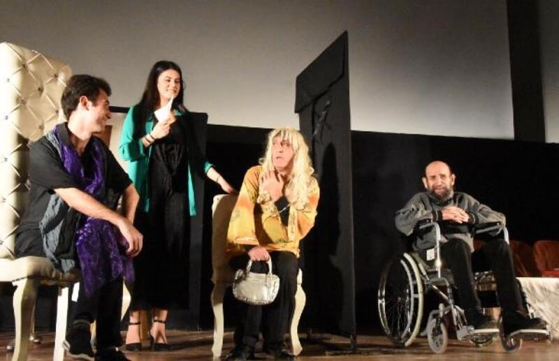 'Bahaneler' oyunu Demre'de sahnelendi