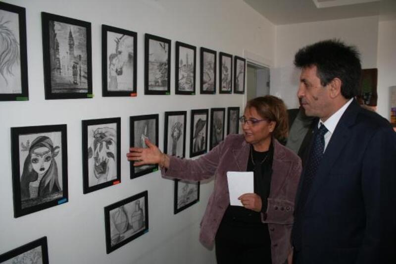 Erdemli'de kara kalem ve akrelik tablo sergisi