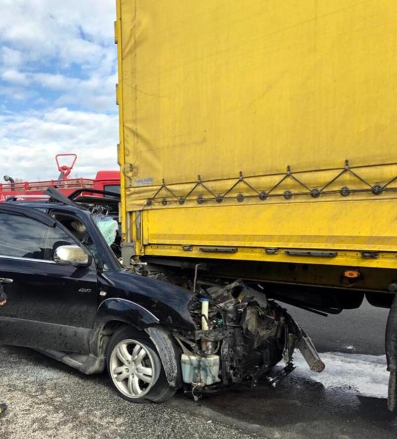 TIR'a arkadan çarpan otomobilde 2 kişi yaralandı