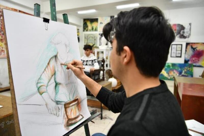 Öğrencilerin resimleri Valilik'te sergileniyor