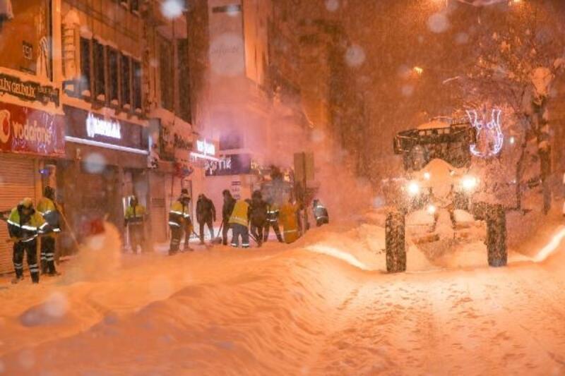 İpekyolu Belediyesi, karla mücadeleyi 55 iş makinesi ve 400 personelle sürdürüyor