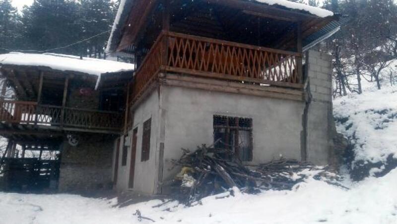 Feke'de heyelan nedeniyle zarar gören ev boşaltıldı