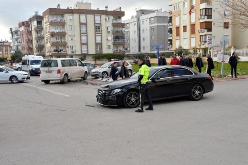 Otomobil ile servis çarpıştı: 5 yaralı