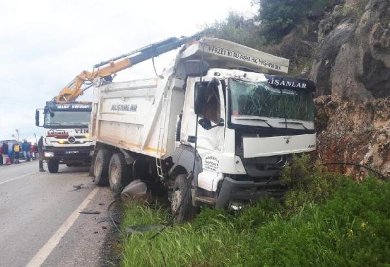 Hafriyat kamyonu 20 metreden düştü