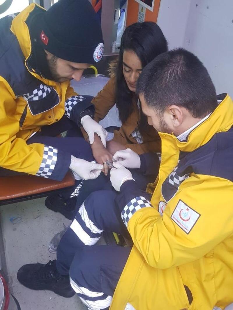 Sağlık ekipleri parmağa sıkışan yüzüğü sargı bezi ile çıkardı