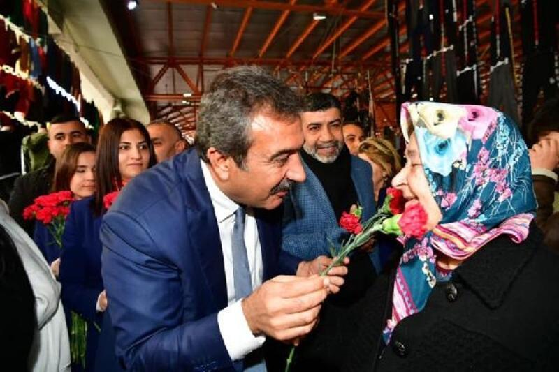Başkan Çetin kadınlara gül ve karanfil dağıttı