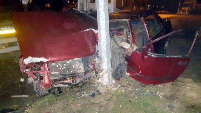 Aydınlatma direğine çarpan otomobilin sürücüsü yaralandı