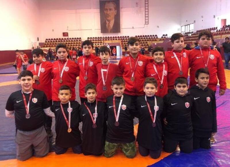 Kepez'in güreşçilerinden 9 madalya