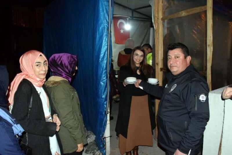 Yurt öğrencilerinden, nöbet tutan polislere çorba ikramı