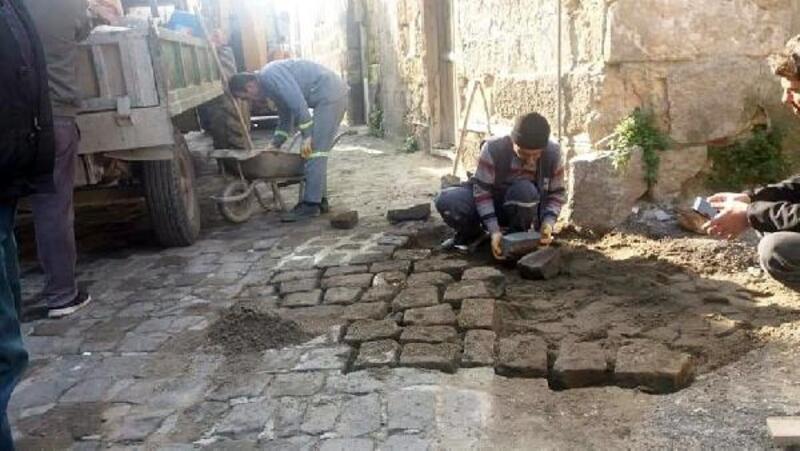 Belediye ekipleri bozulan yolları onarıyor
