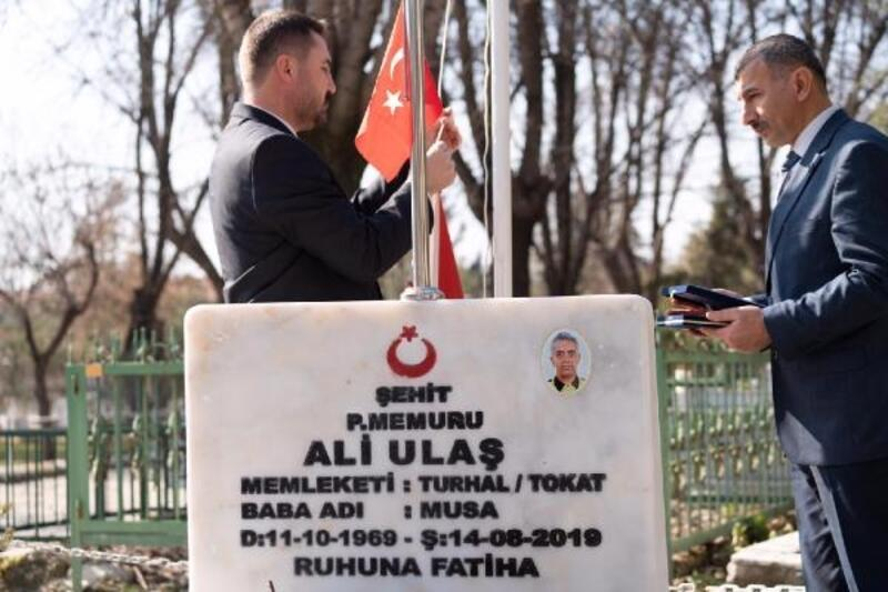 Turhal'da şehit mezarlarının bayrakları yenilendi