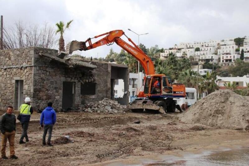 Bodrum'da bir kaçak binanın daha yıkımı gerçekleştirildi