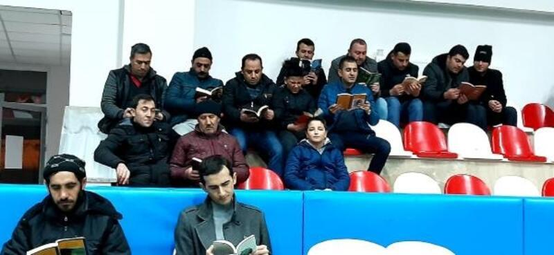 İmranlı'da voleybol maçında kitap okuma molası