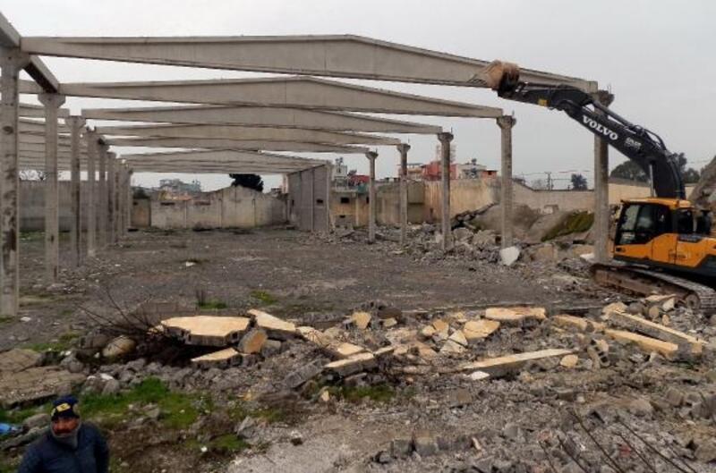 Akdeniz'de terk edilmiş fabrika binasının yıkımı yapıldı
