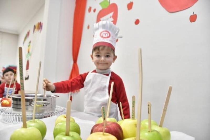 Minik öğrenciler, elma şekeri yaptı