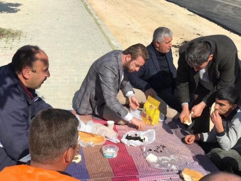 Yol çalışmalarına katılan Başkan Aydar, işçilerle kahvaltı yaptı