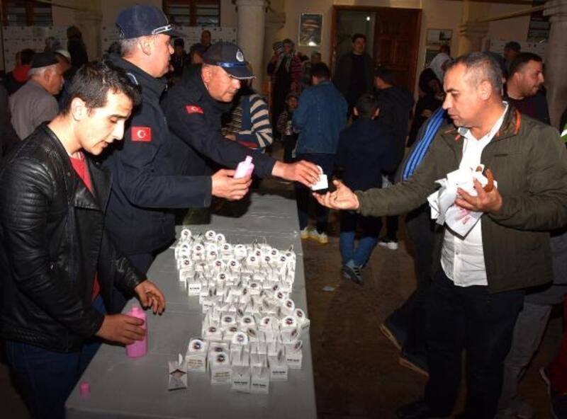 Ceyhan Belediyesi, camilerde lokum dağıttı