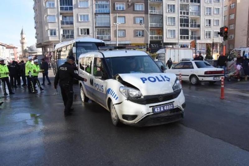 Kütahya'da halk otobüsüyle, polis aracı çarpıştı: 2 yaralı