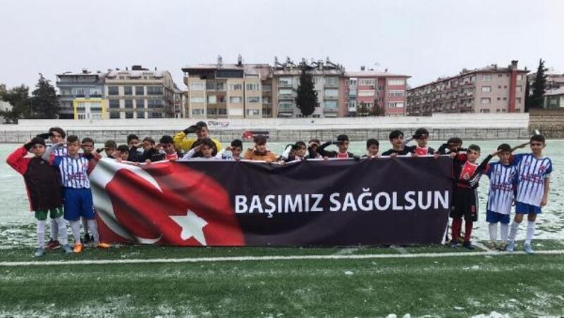 Minik futbolculardan asker selamı