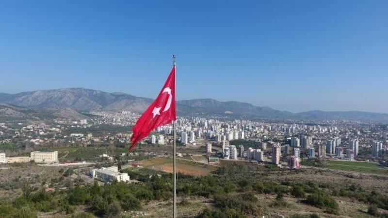 Kozan'da şehitler anısınaÇanaklı Tepesi'ne Türk bayrağı dikildi