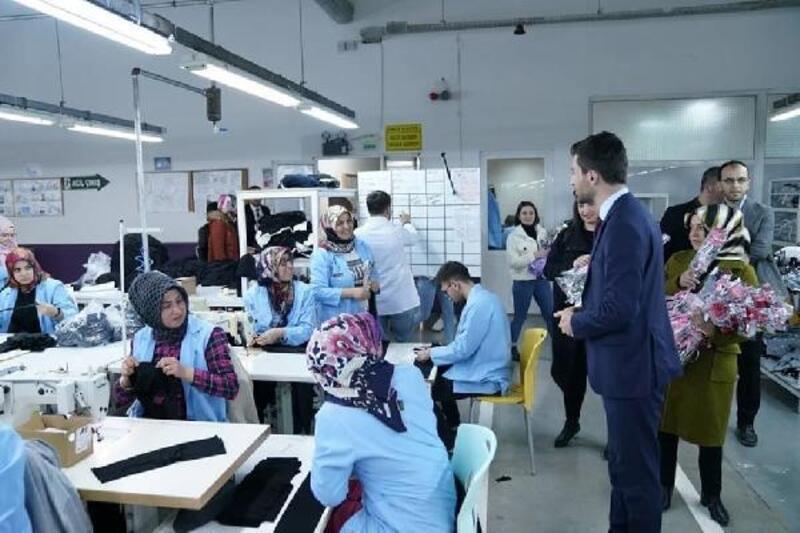 Başkan Karagöl'den fabrika çalışanı kadınlara çiçek