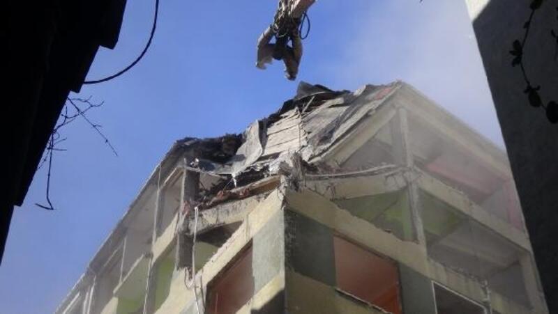 Silivri'de ağır hasarlı yapıların yıkımı devam ediyor