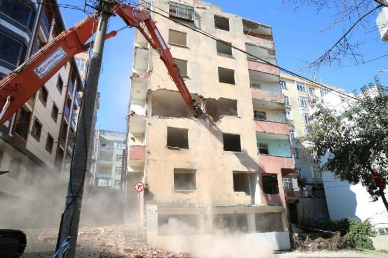 Esenlerde ağır hasarlı 7 katlı bina kontrollü şekilde yıkıldı