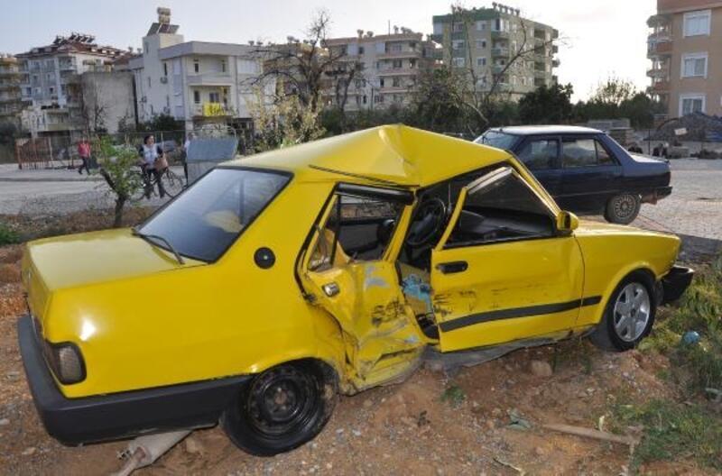 Gazipaşa'da otomobiller çarpıştı: 3 yaralı