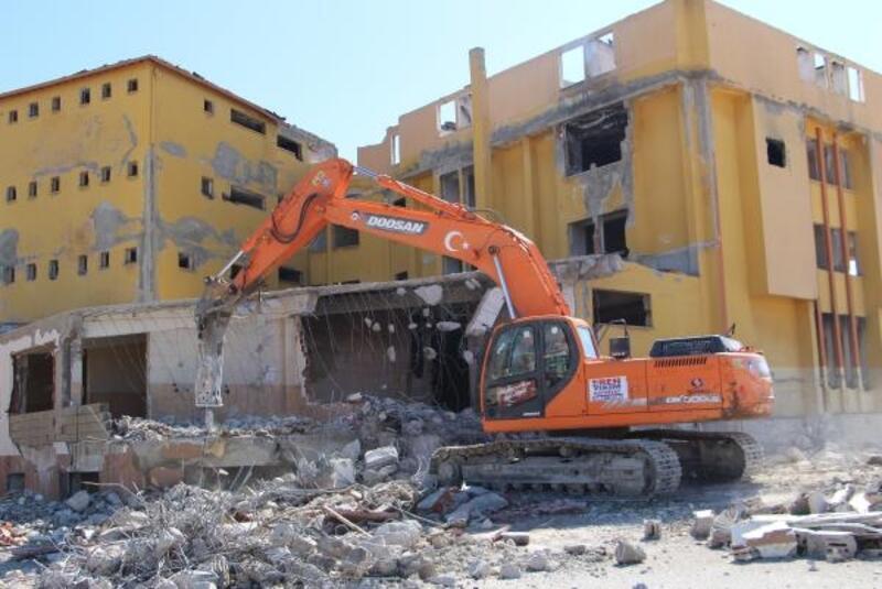 FETÖ'ye ait metruk bina yıkılıyor