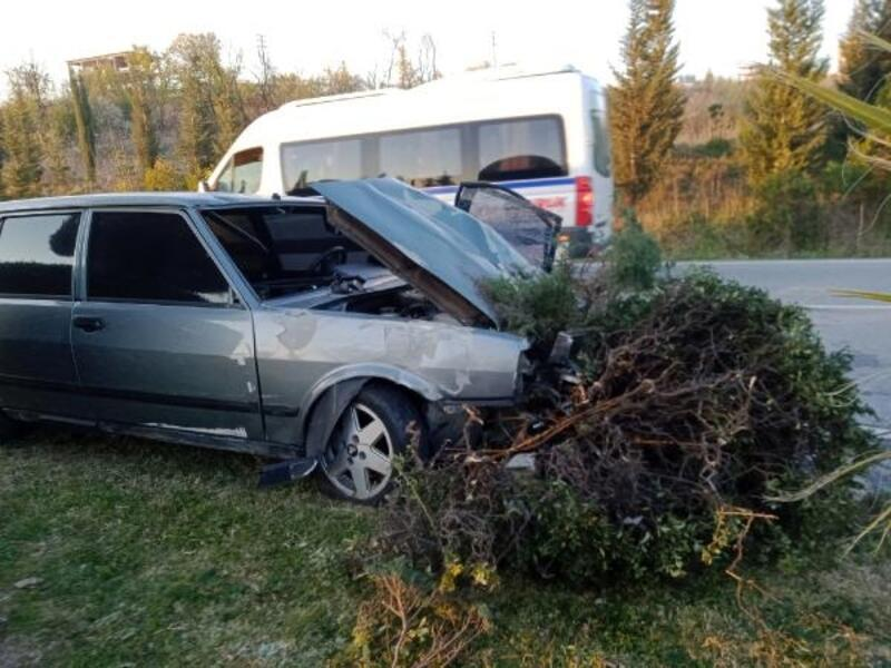Mustafakemalpaşa'da otomobil ağaçlara çarptı
