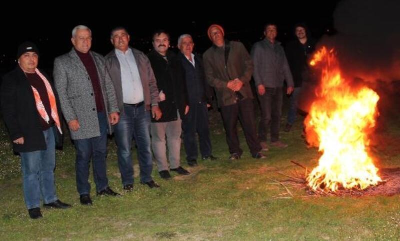 Alaşehir'de don olayına karşı üzüm bağlarında üreticiler nöbete başladı