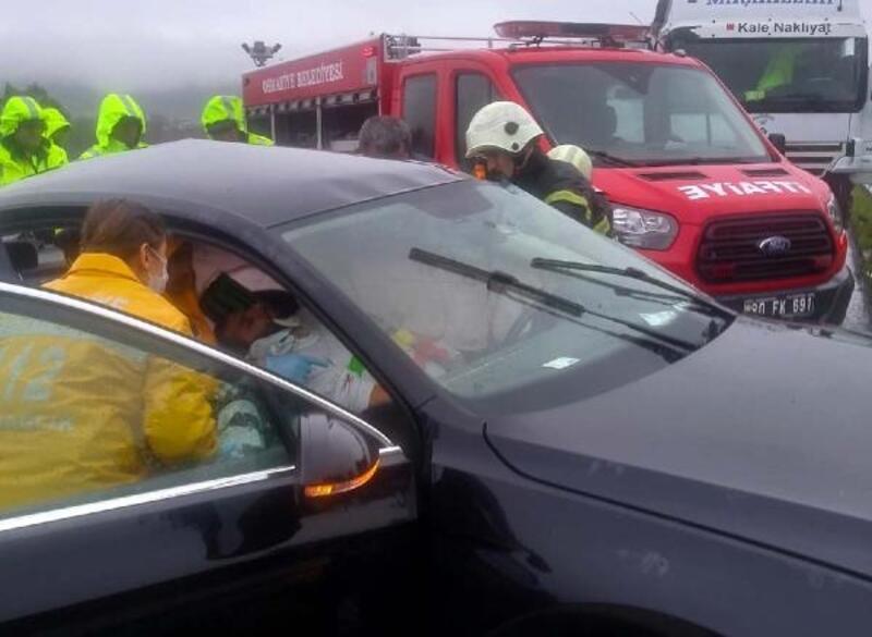 Kontrolden çıkan otomobil TIR'ın altına girdi: 4 yaralı