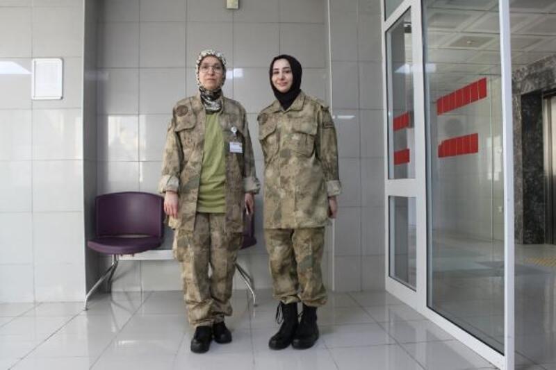 Doktorlar askeri üniforma ile hizmet verdi