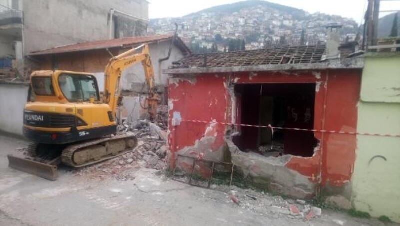 Pınarbaşı Mahallesi'ndeki metruk bina yıkıldı