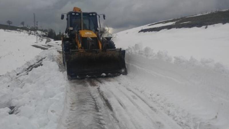 Kozan'da kar nedeniyle kapanan yollar açılıyor