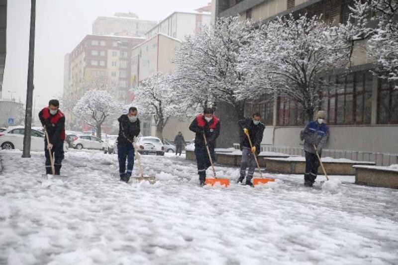 Kayseri'de karla mücadele sürüyor