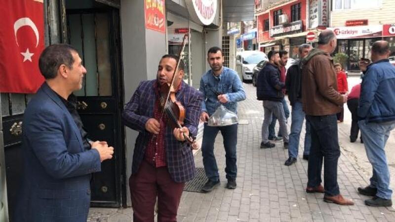 Bursa'da bir vatandaş, kemanını sokakta moral için çaldı