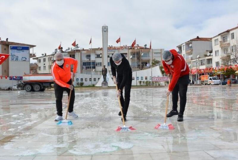 Taraftarlar Şehitler Anıtı'nı dezenfekte etti