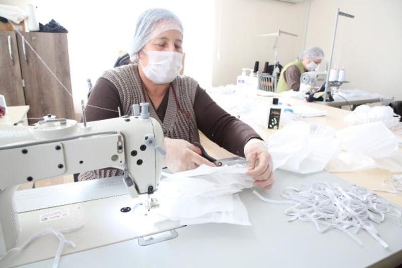 Kursiyer kadınlardan tıbbi maske üretimi