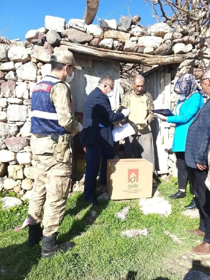 Jandarma'dan kırsalda yaşayan yaşlılara gıda yardımı