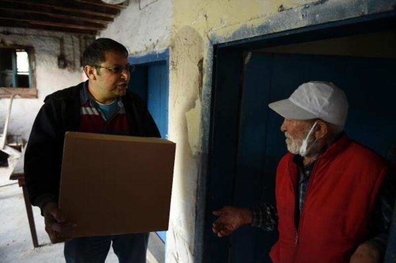 Tarsus'ta 65 yaş üstü vatandaşlara gıda kolisi dağıtımı başladı