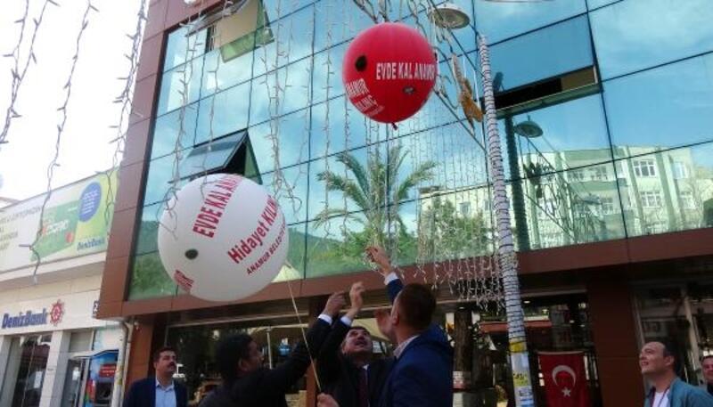 Koronavirüs balonları ile 'evde kal' uyarısı