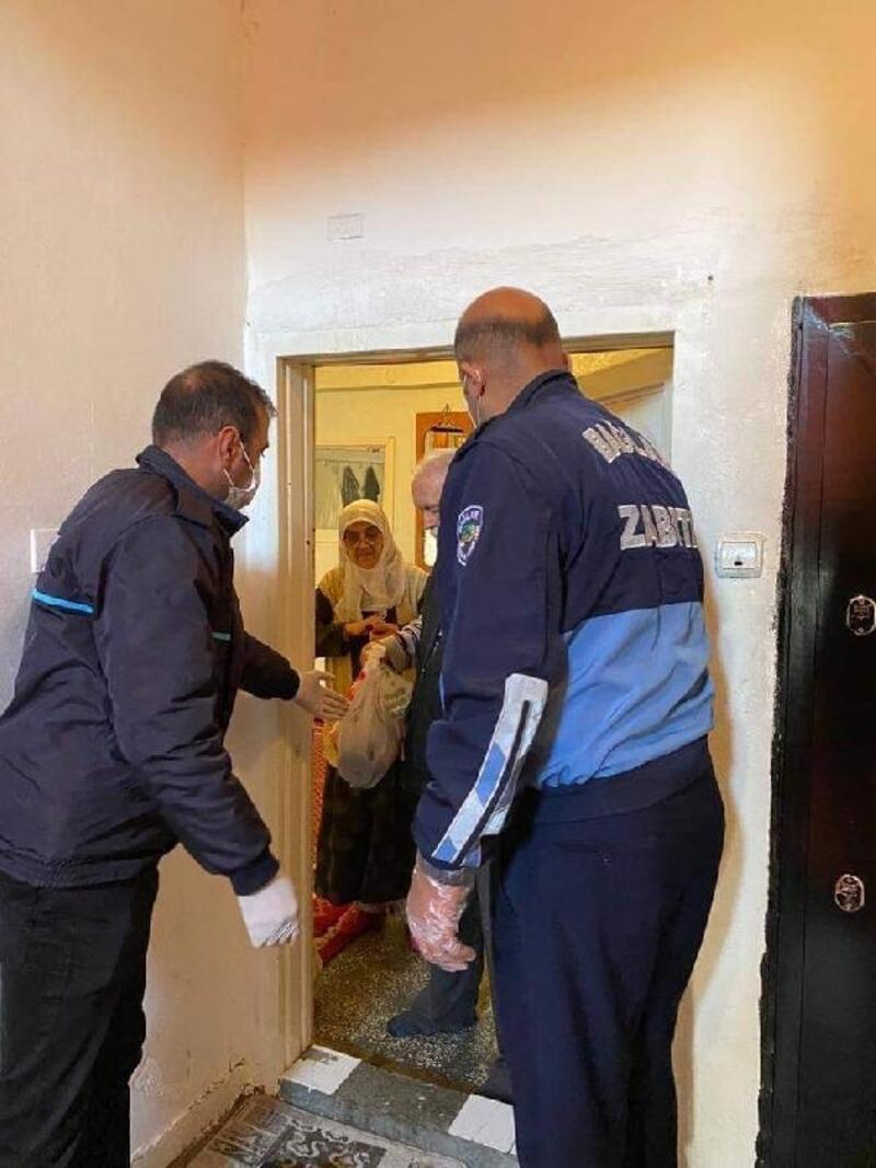 Bağlar'da yaşlıların ihtiyacını belediye ekipleri ulaştırıyor