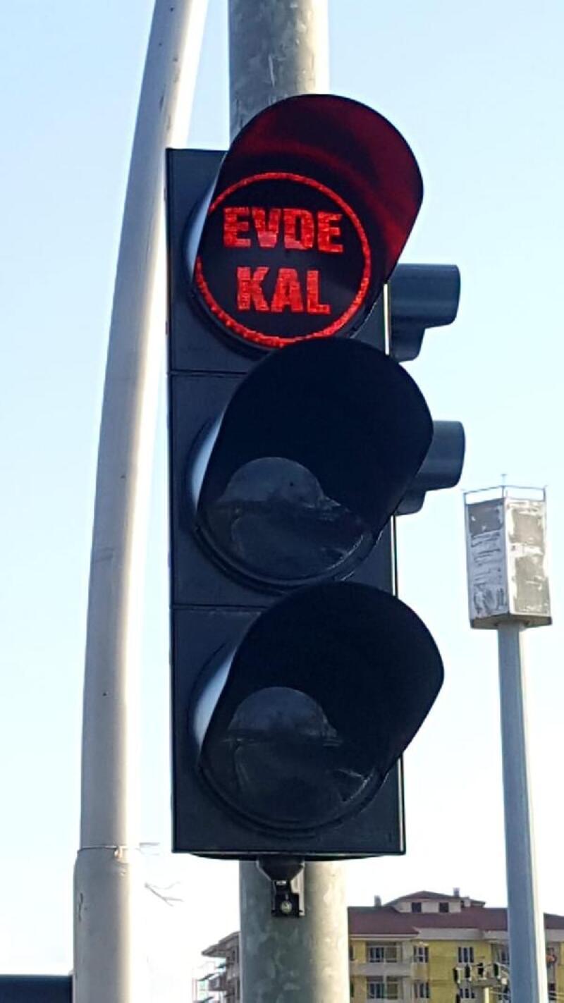 Elazığ'da trafik ışıklarıyla 'evde kal' çağrısı