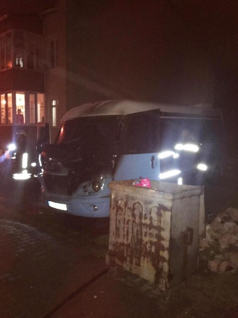 Keşan'da park halindeki minibüs yandı